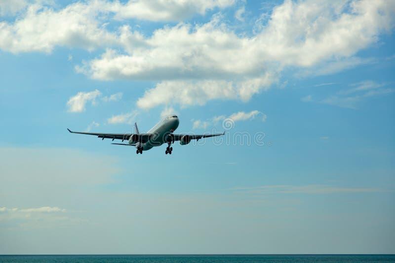 Airbus Thai Airways volant au-dessus image libre de droits