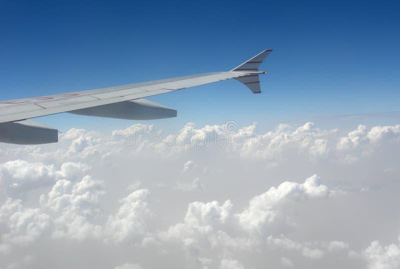 Aircarft en nubes imagenes de archivo