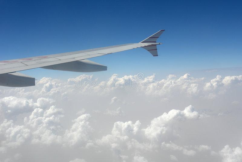Aircarft in wolken stock afbeeldingen