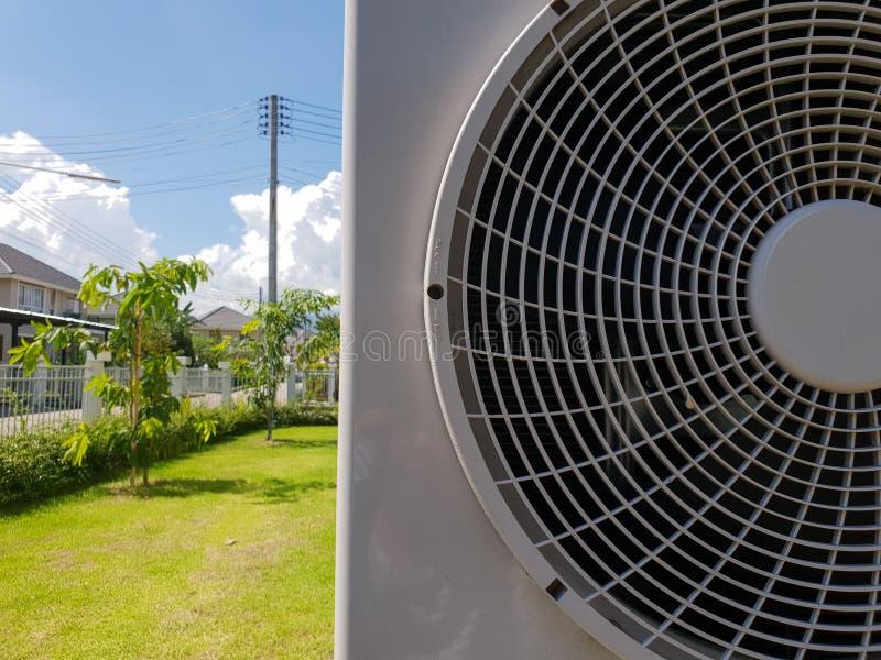 Airconditionercompressor op blauwe hemelachtergrond, seizoen van de zomer stock afbeeldingen