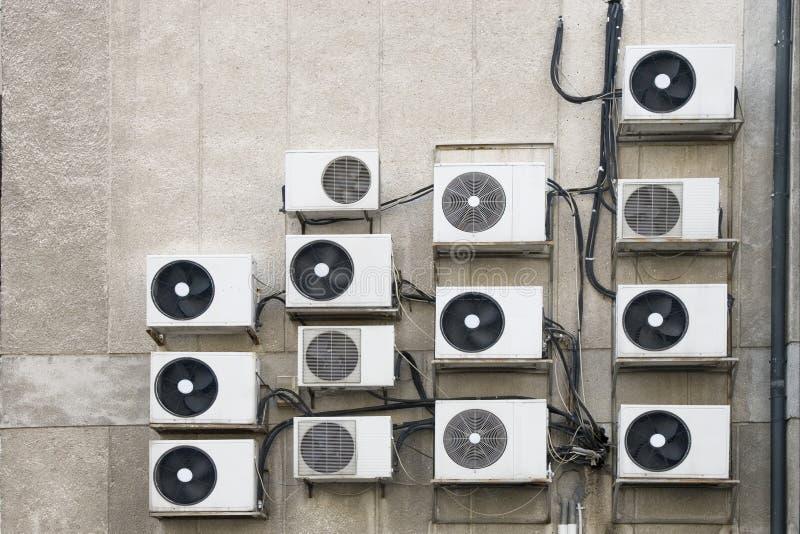 Airconditionermachines op muur stock fotografie