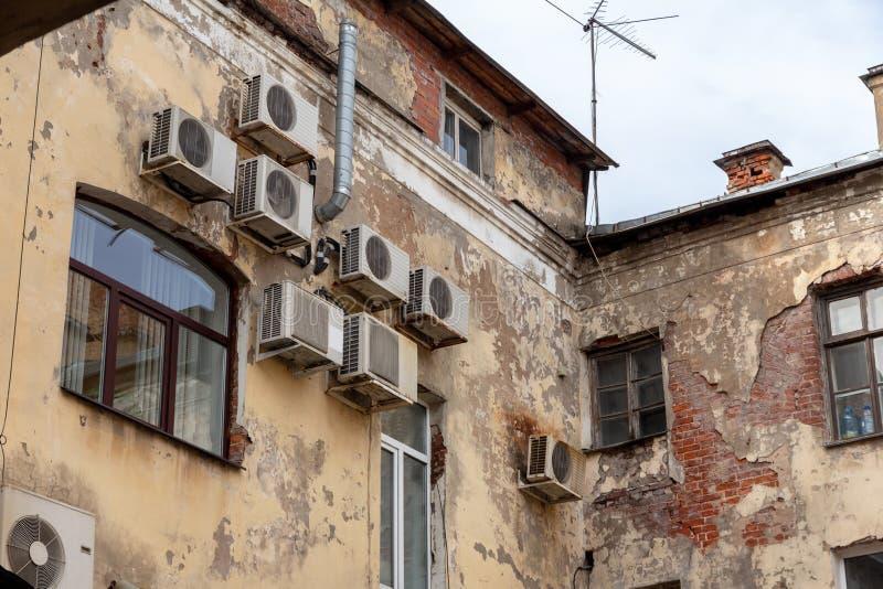 Airconditioners op de oude voorgevel royalty-vrije stock afbeeldingen
