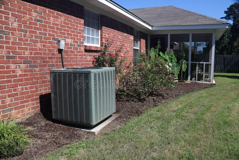 Airconditionersysteem naast een huis stock fotografie