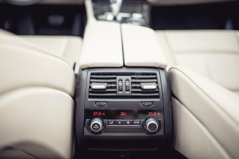 Airconditioning en het systeem van de autoventilatie voor passagiers, ontwerpdetails van moderne auto royalty-vrije stock afbeeldingen