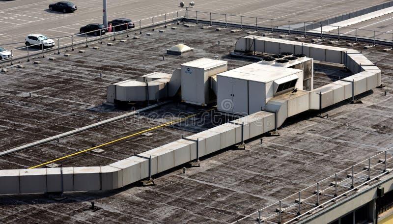 Airconditioningseenheden en kanalisatie stock foto