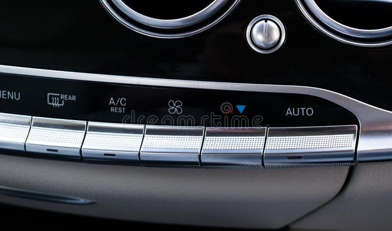 Airconditioningsknoop binnen een auto AC van de klimaatcontrole eenheid in de nieuwe auto moderne auto binnenlandse details stock afbeelding