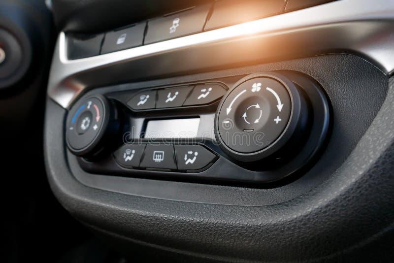 Airconditioningsknoop binnen een auto De eenheid van de klimaatcontrole in de nieuwe auto moderne auto binnenlandse details Auto  royalty-vrije stock foto