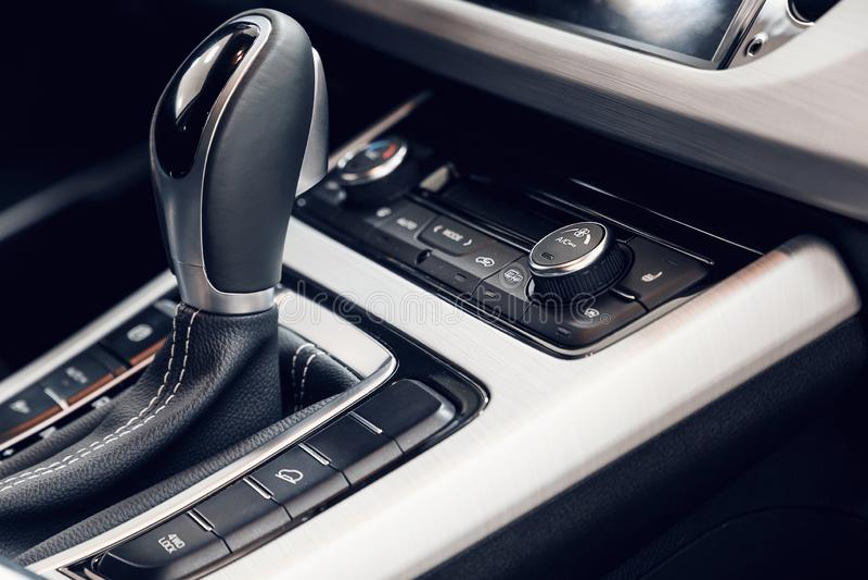 Airconditioningsknoop binnen een auto De eenheid van de klimaatcontrole in de nieuwe auto stock afbeelding
