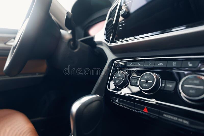 Airconditioningsknoop binnen een auto De eenheid van de klimaatcontrole in de nieuwe auto royalty-vrije stock foto