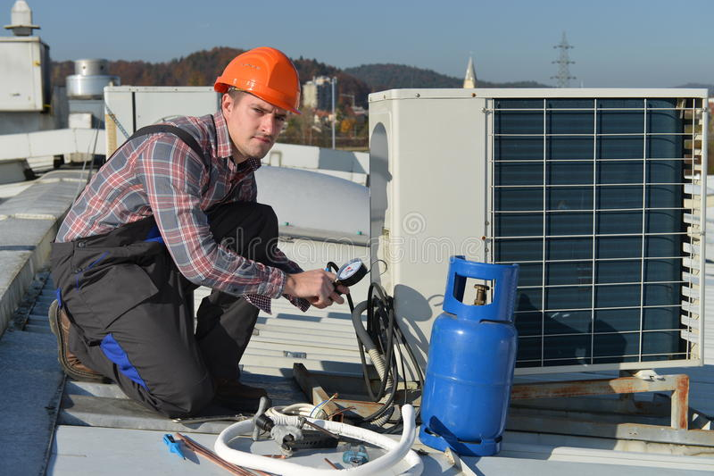 Airconditioningsreparatie stock afbeelding