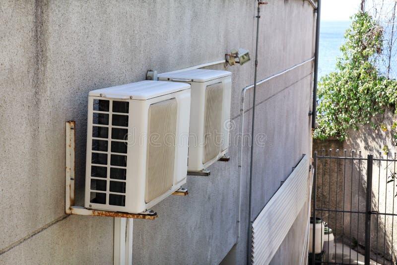 Airconditioningssysteem op een muur van de bouw/Openluchtklimaateenheid en het koelen en verwarmingssystemen wordt geassembleerd  royalty-vrije stock foto