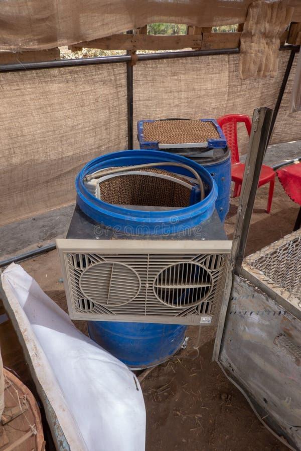 Airconditioningssysteem van afvalmaterialen wordt gemaakt van een oud vat, een golfkarton en een ventilator die royalty-vrije stock afbeeldingen