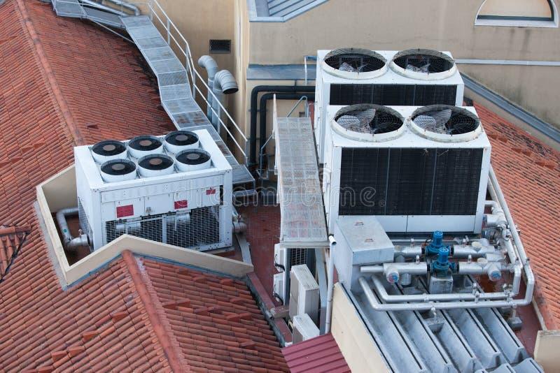 Airconditioningssystemen op een de Bouwdak stock afbeeldingen