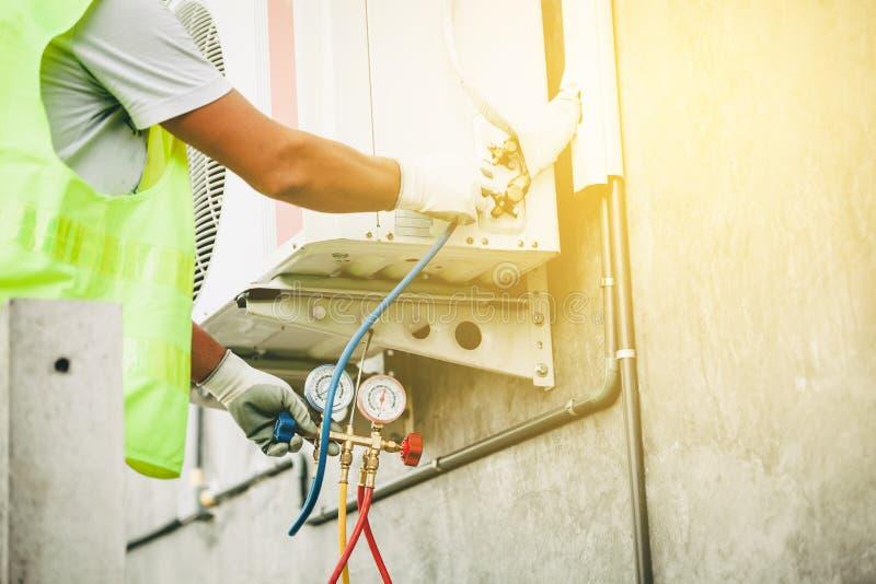 Airconditioningstechnicus en a-een deel van het voorbereidingen treffen om n te installeren stock afbeeldingen