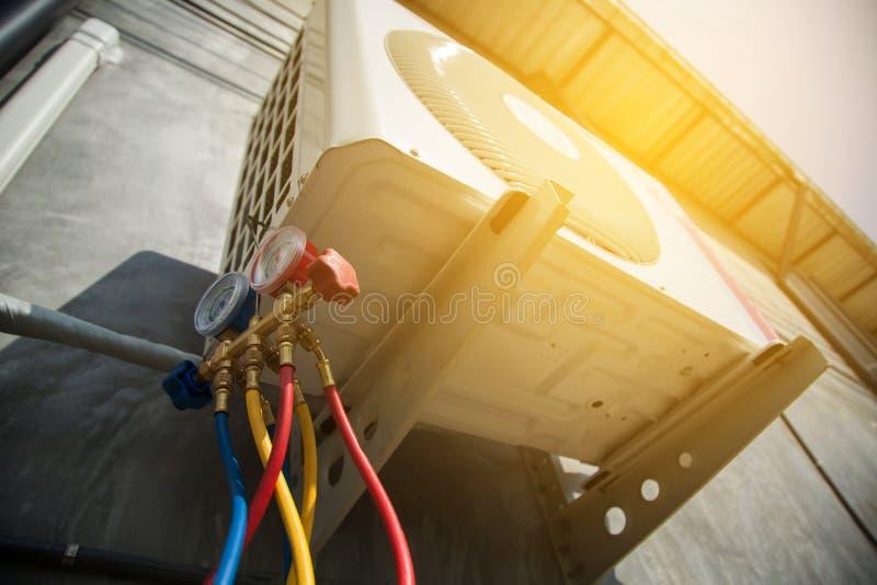 Airconditioningstechnicus en a-een deel van het voorbereidingen treffen om n te installeren royalty-vrije stock foto's