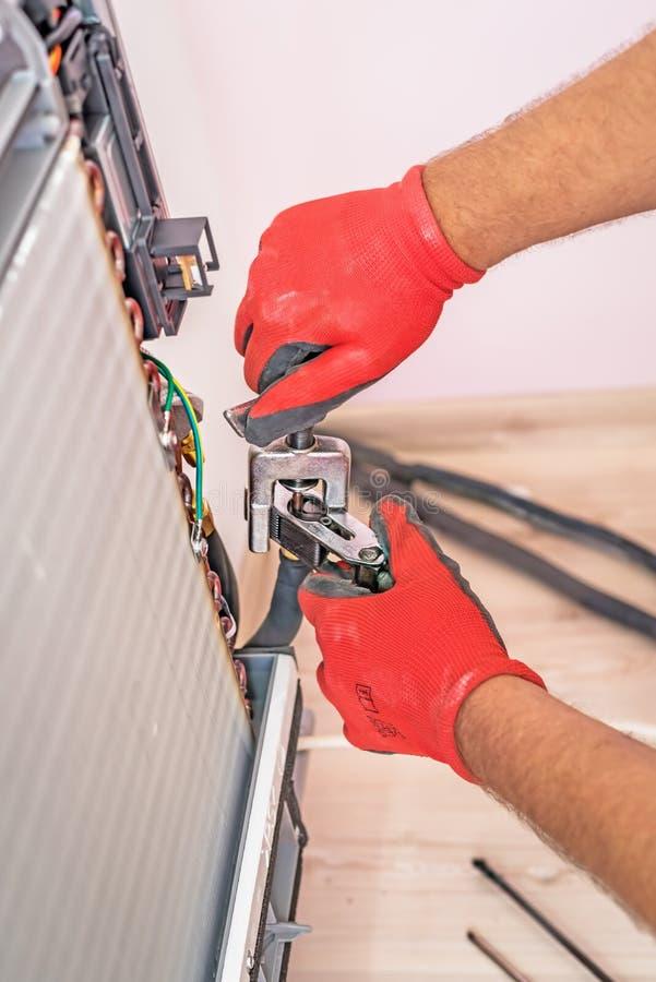 Airconditioningstechnicus en a-een deel van het voorbereidingen treffen te installeren royalty-vrije stock foto