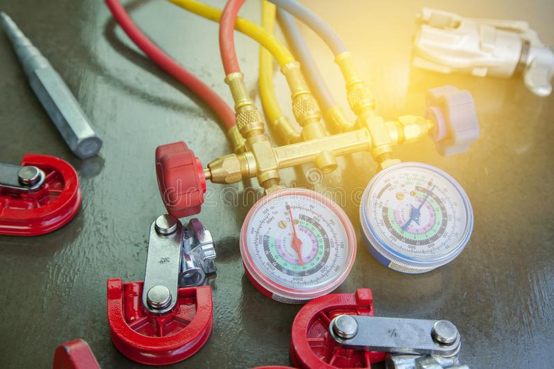 Airconditioningstechnicus manometersmeetapparatuur voor stock fotografie