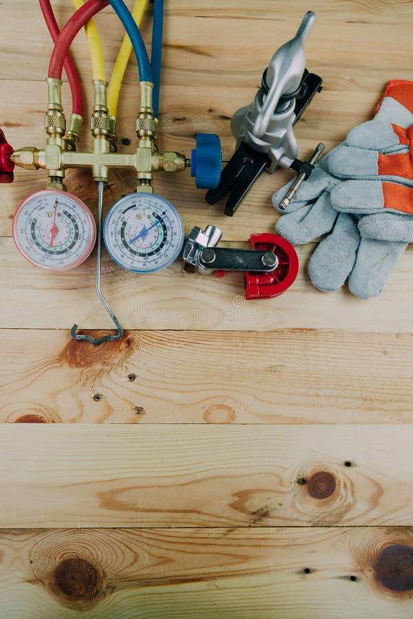 Airconditioningstechnicus manometersmeetapparatuur voor royalty-vrije stock afbeelding