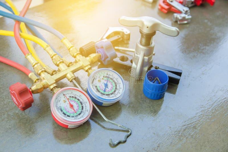 Airconditioningstechnicus manometersmeetapparatuur voor stock afbeelding