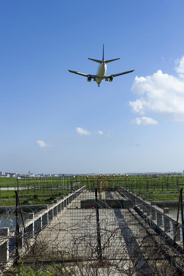 The aircraft is landing BOEING 737-300 stock photography