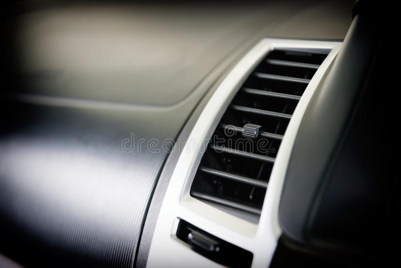 Aire acondicionado del coche para el control de la temperatura entre el viaje Interior moderno del coche con el sistema auto de l imagen de archivo