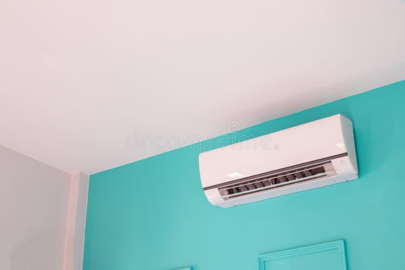 Aire acondicionado moderno en la pared azul en dormitorio en casa, nadie fotografía de archivo