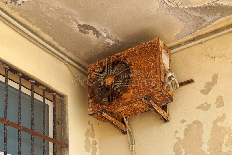 Aire acondicionado oxidado que requiere la unidad al aire libre de la reparación o del reemplazo Un ejemplo de la influencia del  foto de archivo libre de regalías