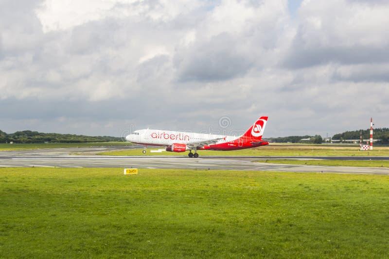 Aire Berlin Boeing 737 tierras imagenes de archivo