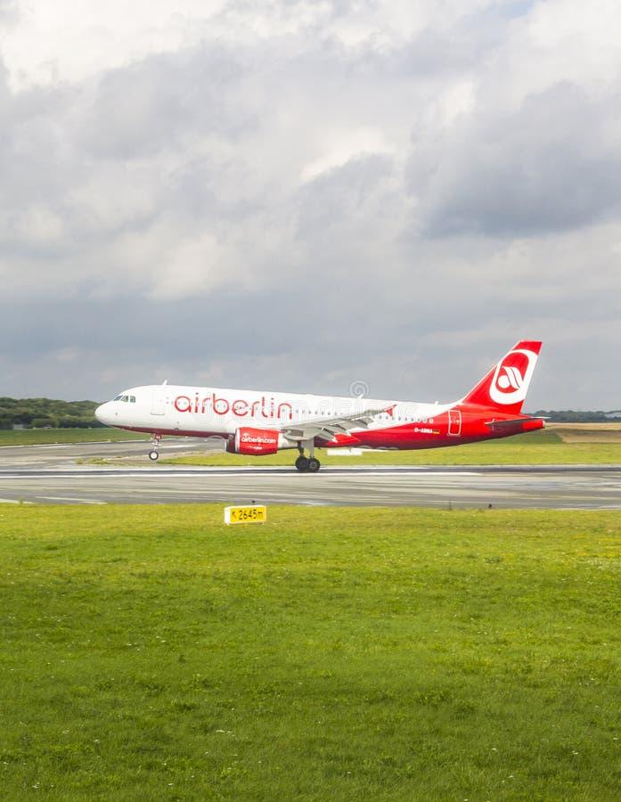 Aire Berlin Boeing 737 tierras foto de archivo libre de regalías