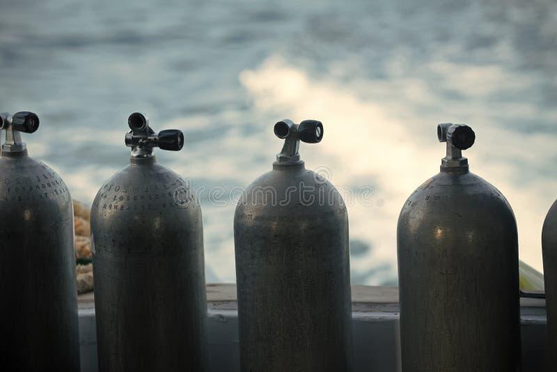 Aire comprimido del oxígeno en botellas de acero negras imagen de archivo