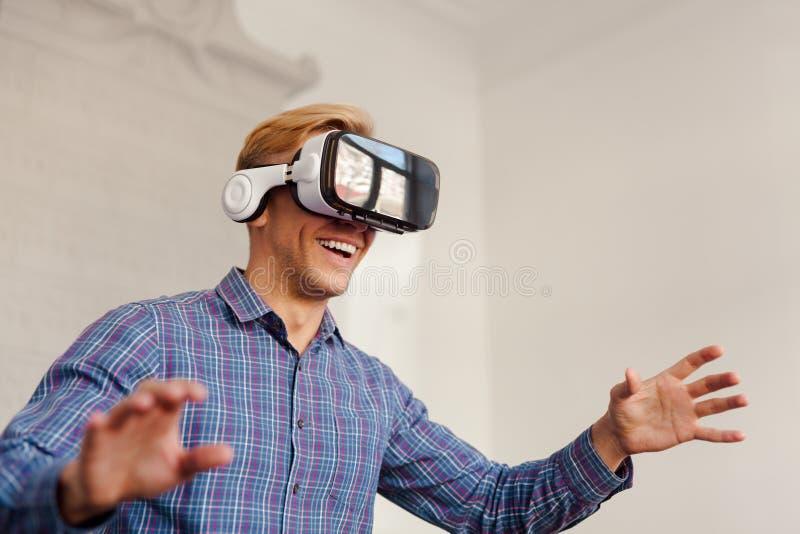 Aire conmovedor del hombre en auriculares de VR foto de archivo libre de regalías