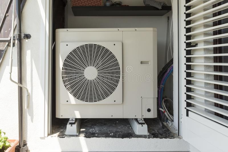 Aire de la pompa de calor - riegue para calentar un hogar residencial foto de archivo