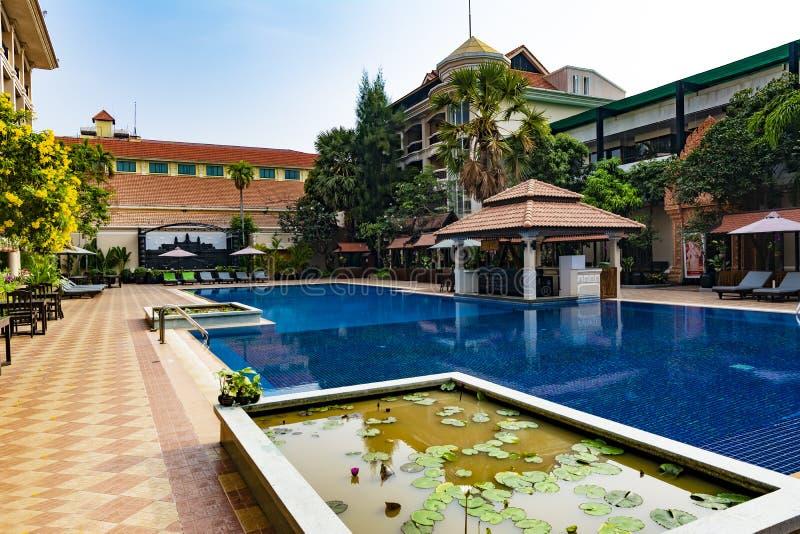 Aire de loisirs d'hôtel avec la piscine photos stock
