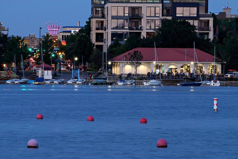 Aire de loisirs du nord de Calhoun de lac et Minneapolis de la ville haute la nuit photographie stock libre de droits