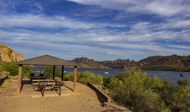 Aire de pique-nique au lac Saguaro dans le désert de l'Arizona image libre de droits
