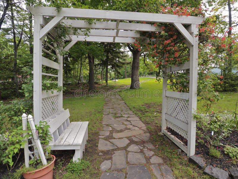 Aire de repos de jardin image stock image du caillebotis for Aire jardin des causses du lot