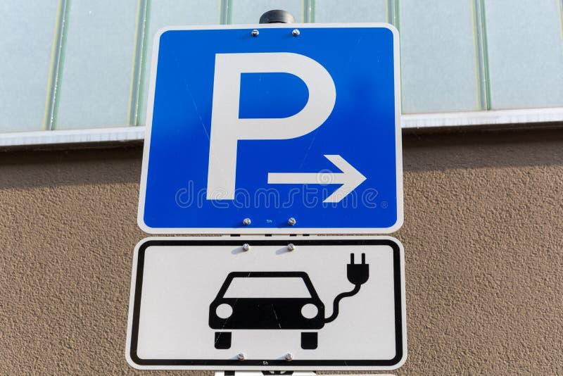Aire de stationnement pour que les voitures électriques chargent photo libre de droits