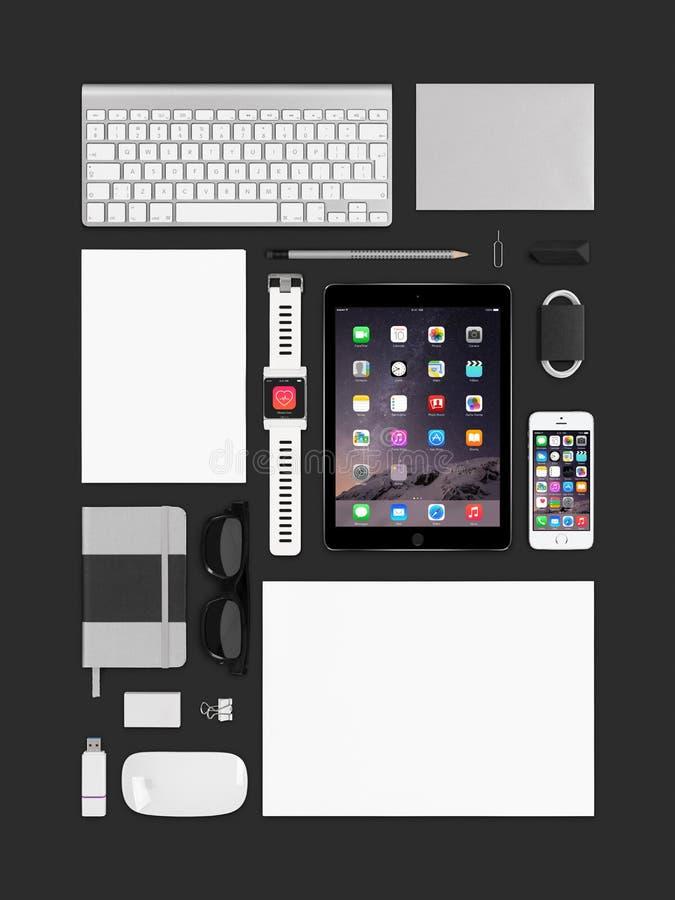 Aire 2 del ipad de Apple, iphone 5s, teclado, ratón mágico y smartwatc fotografía de archivo libre de regalías