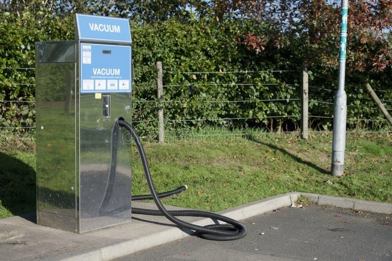 Aire del vacío en la gasolinera del garaje del coche para limpiar paga del vehículo en la máquina fotos de archivo
