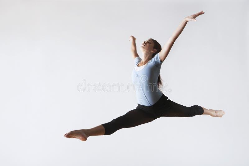 Aire femenino de Leaping In Mid del bailarín de ballet foto de archivo