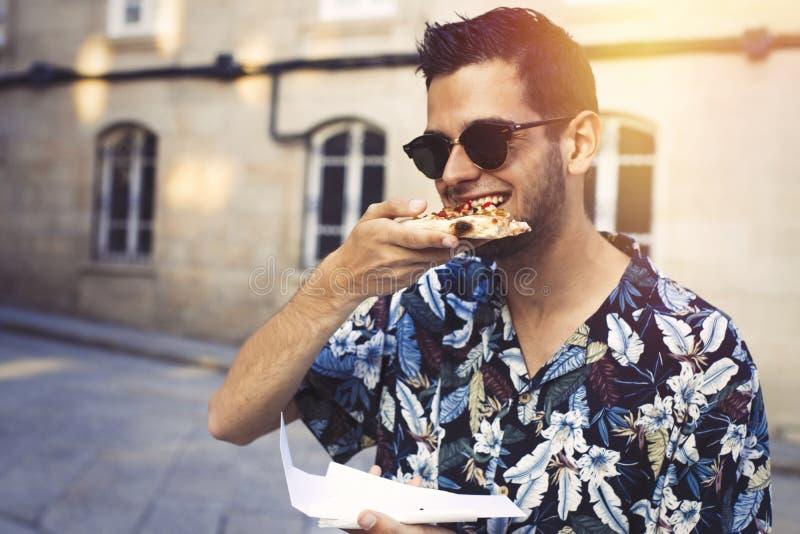 Aire libre adolescente de la pizza de la consumición fotografía de archivo