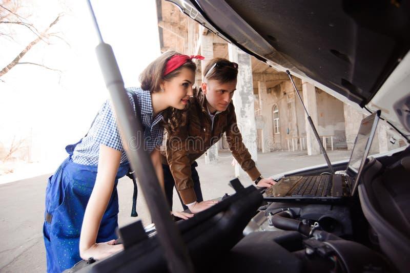 Aire libre auto auto profesional de la reparación del mecánico y del hombre de la mujer fotografía de archivo libre de regalías