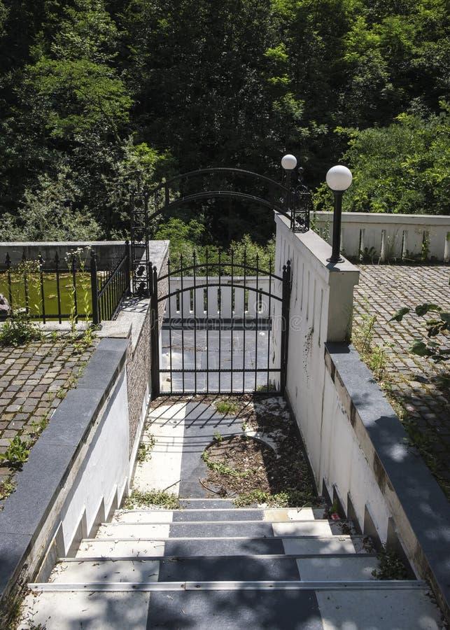 Aire libre de la escalera con la puerta imágenes de archivo libres de regalías