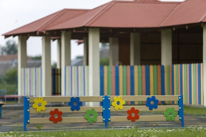 Aire libre decorativo bajo de madera o plástico multicolor de la cerca en día de verano soleado fotos de archivo
