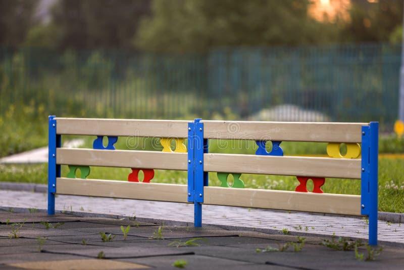 Aire libre decorativo bajo de madera o plástico multicolor de la cerca en día de verano soleado fotografía de archivo libre de regalías