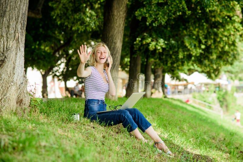 Aire libre del ordenador portátil de la muchacha Eficiente y productividad Aire libre del trabajo del empleado El estar al aire l imagenes de archivo