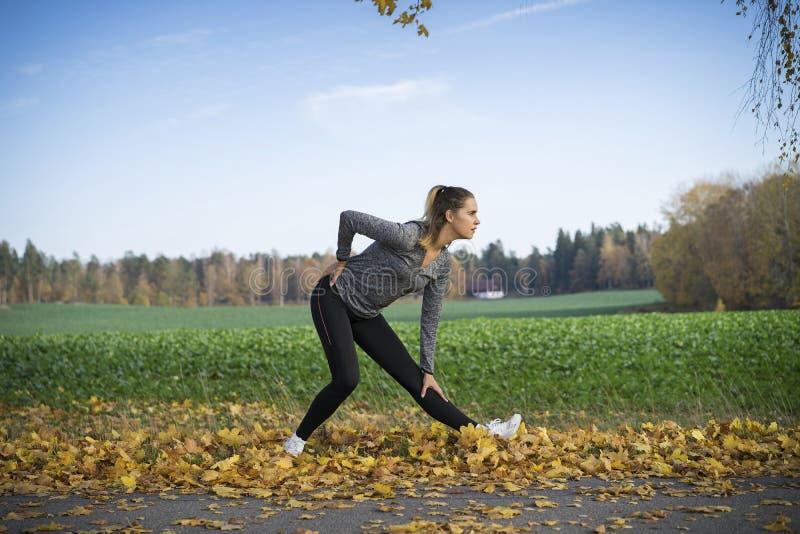 Aire libre escandinavo rubio caucásico del entrenamiento de la muchacha de la aptitud en Suecia fotos de archivo