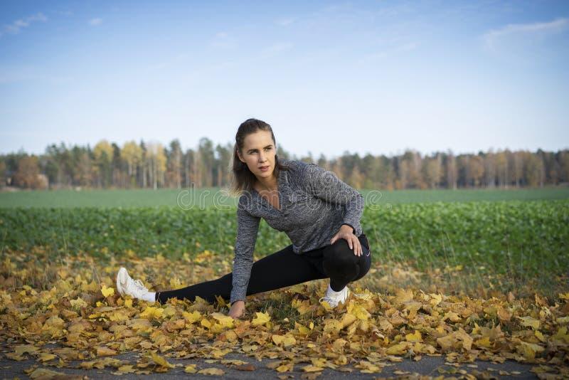 Aire libre escandinavo rubio caucásico del entrenamiento de la muchacha de la aptitud en Suecia fotografía de archivo libre de regalías