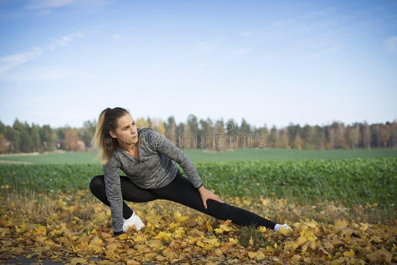 Aire libre escandinavo rubio caucásico del entrenamiento de la muchacha de la aptitud en Suecia fotografía de archivo