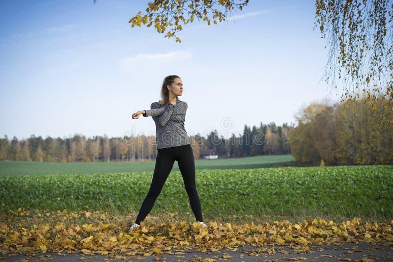 Aire libre escandinavo rubio caucásico del entrenamiento de la muchacha de la aptitud en Suecia imagenes de archivo